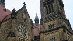 Die Kirche ist mit vielen Schnörkeln und Bögen verziert.