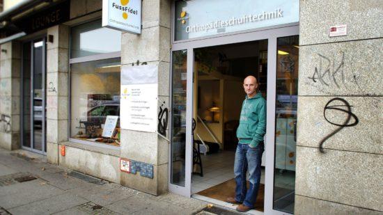 Orthopädie-Schuhmacher Renatus Meyer in seinem Laden an der Alaunstraße