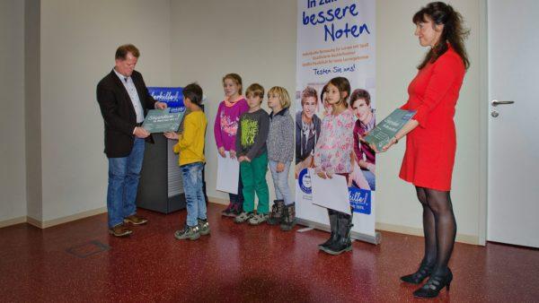 Nico Kühnold von der Schülerhilfe Dresden übergab Lern-Gutscheine
