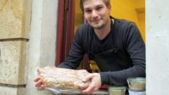 David Enke vom Kombinat Delikat mit einem mächtigen Stück Coppa in der Hand.