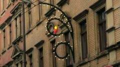 Seit Montag wird die Weihnachtsbeleuchtung in der Neustadt gehängt.