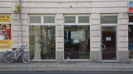 Im Schaufenster steht Selezniovas erstes Kleid. Aus Seide.