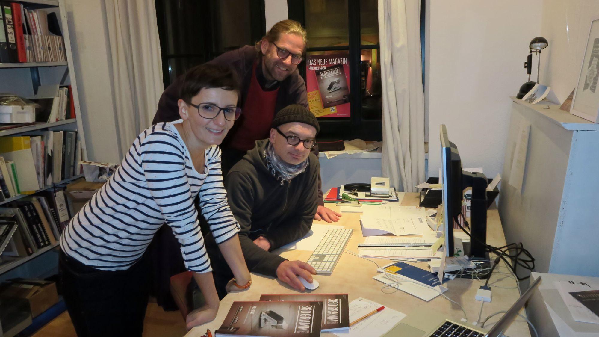 Layouterin Katja Zadniček mit den Redaktionsleitern Stefan Bast und André Hennig (v.l.)