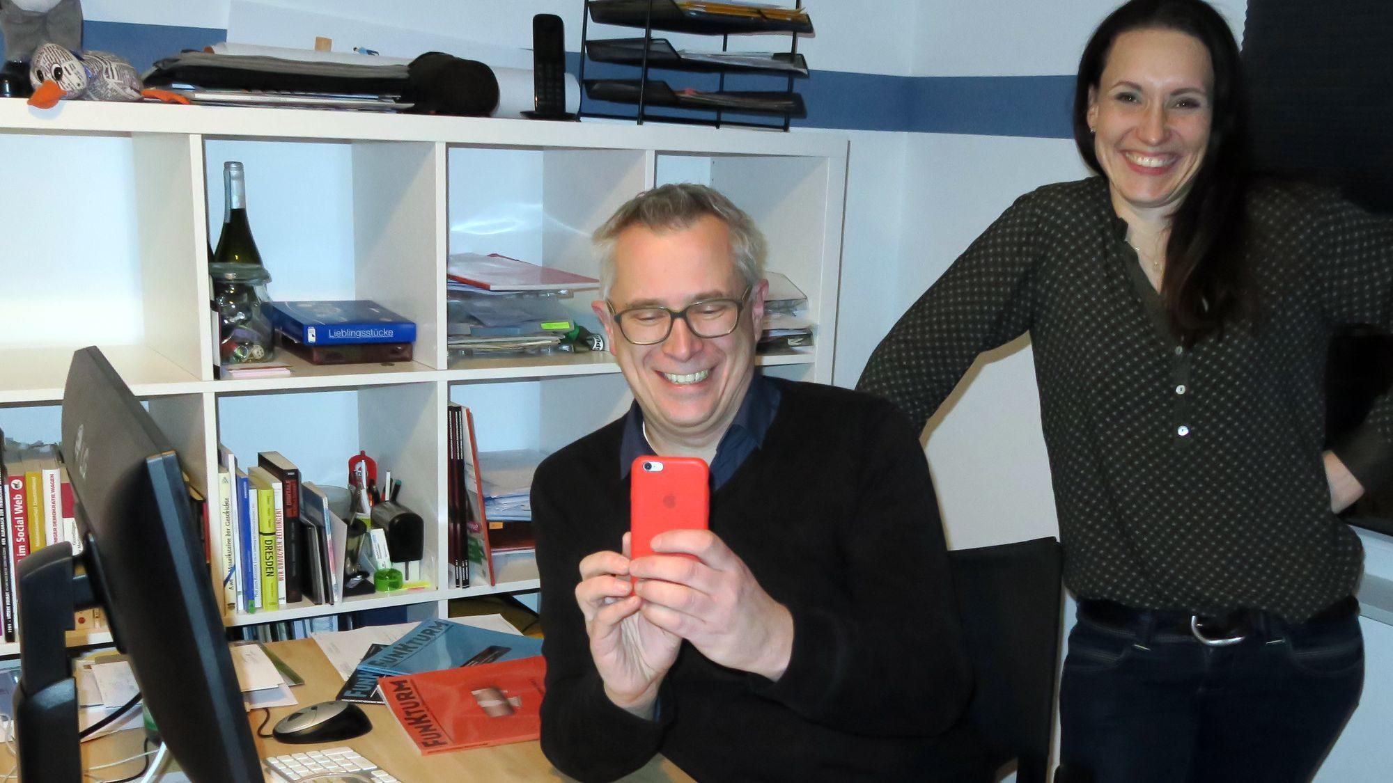 Wer interviewt hier wen? Funkturm-Herausgeber Peter und Romina Stawowy
