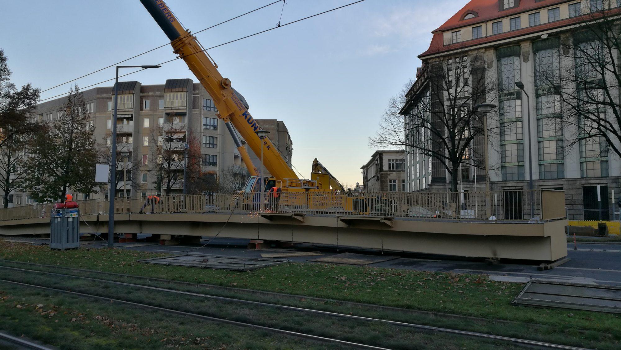 Am Nachmittag lag die Brücke auf der Straße.