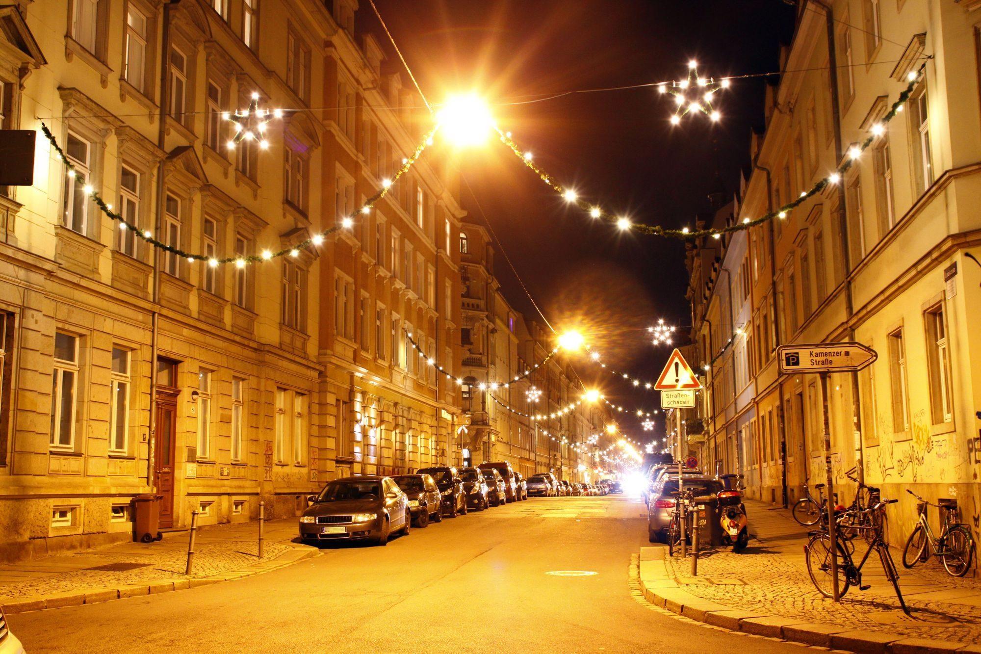 Louisenstraße mit Weihnachtsbeleuchtung - Foto: Youssef Safwan