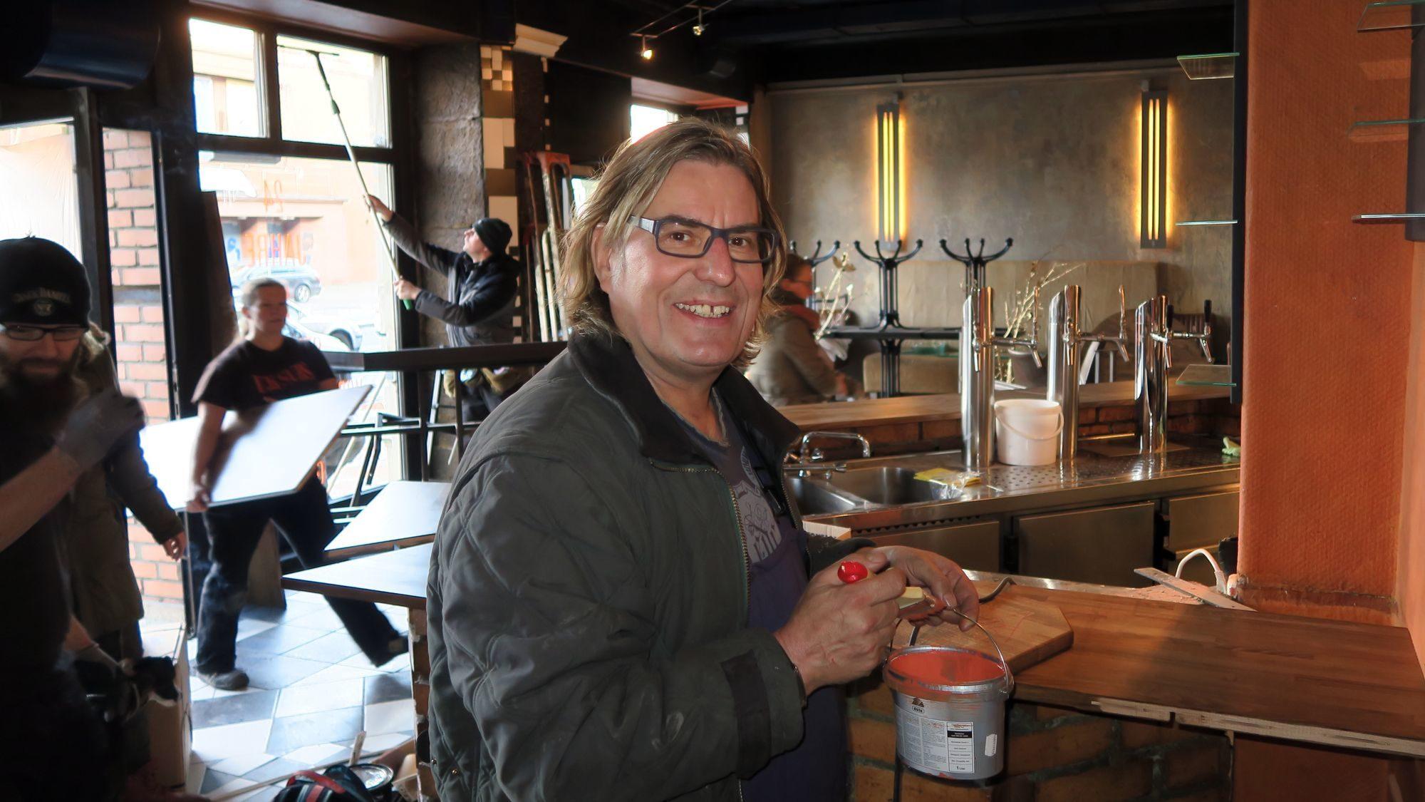 Hat Grund zum Schmunzeln: Hobby-Anstreicher und 24-Stunde-Gastronom Ferenc Weidel