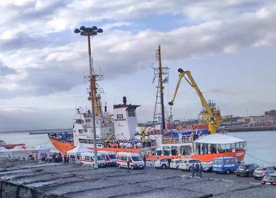 """Schiffe wie die """"SOS Mediteranee"""" bringen täglich aus Seenot Gerettete an Land in Catania."""