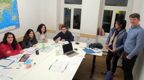 Thomas Wagner lehrt einer Gruppe Spaniern die Deutsche Sprache.
