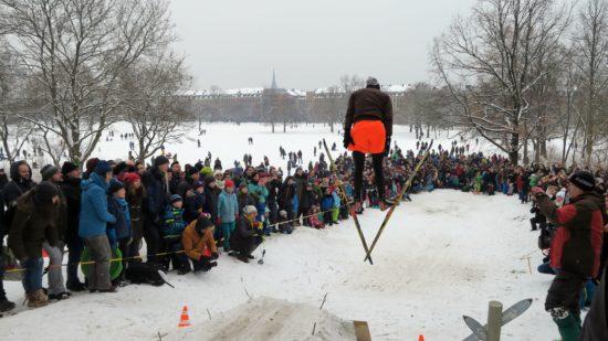 Sieger Marco war bis vor Kurzem aktiver Nordisch-Kombinierer. Er sprang mit Langlauf-Skiern.