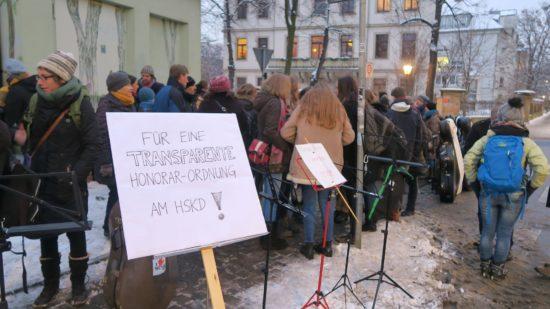 Protestkundgebung vor dem Heinrich-Schütz-Konservatorium