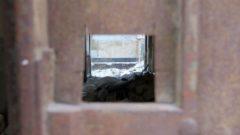 Derzeit gibt es noch ein unsaniertes Haus mit rostigem Tor und spannendem Einblick.