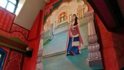 Ein riesiges Wandbild dominiert den Raum.