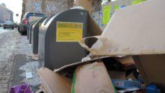 Mit kleinen gelben Zetteln weist das Amt für Abfallwirtschaft darauf hin: Hier kein Papier mehr.