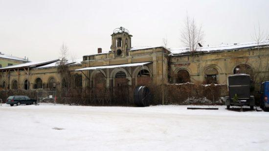 Das alte Empfangsgebäude gibt ein trostloses Bild ab.