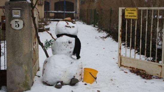 Eiskalt widersetzt. Ein Schneemann hält die Stellung.