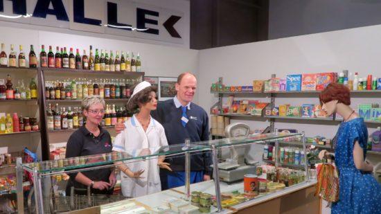 Lieblingsplatz in der Kaufhalle Peter Simmel und Austellungsorganisatorin Gabi Reißig