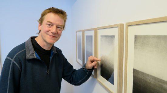 Holzdrucker Jan Kromke vor seinen Werken.
