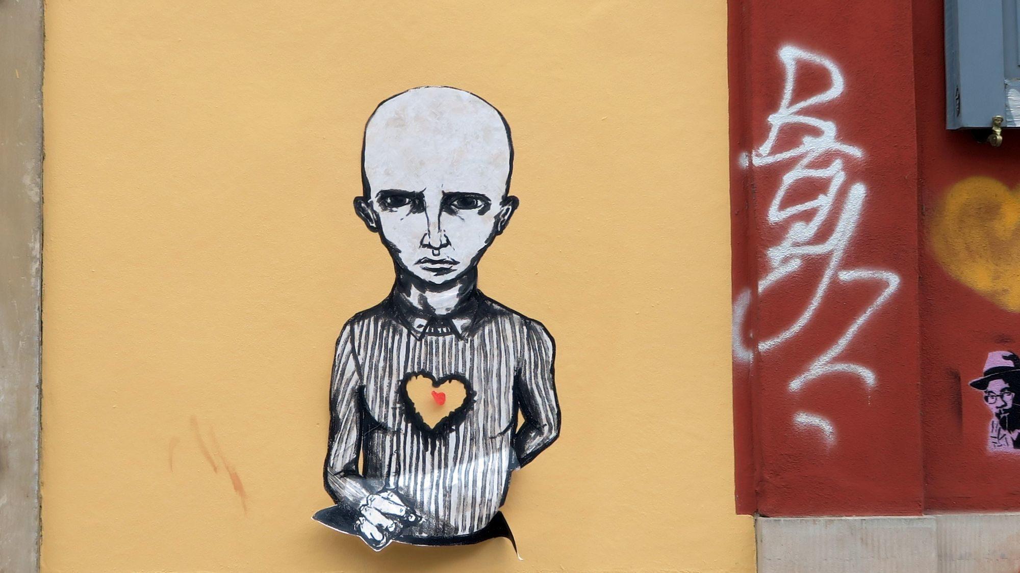 Skinhead mit Herz Cut-Out an der Schönfelder Straße