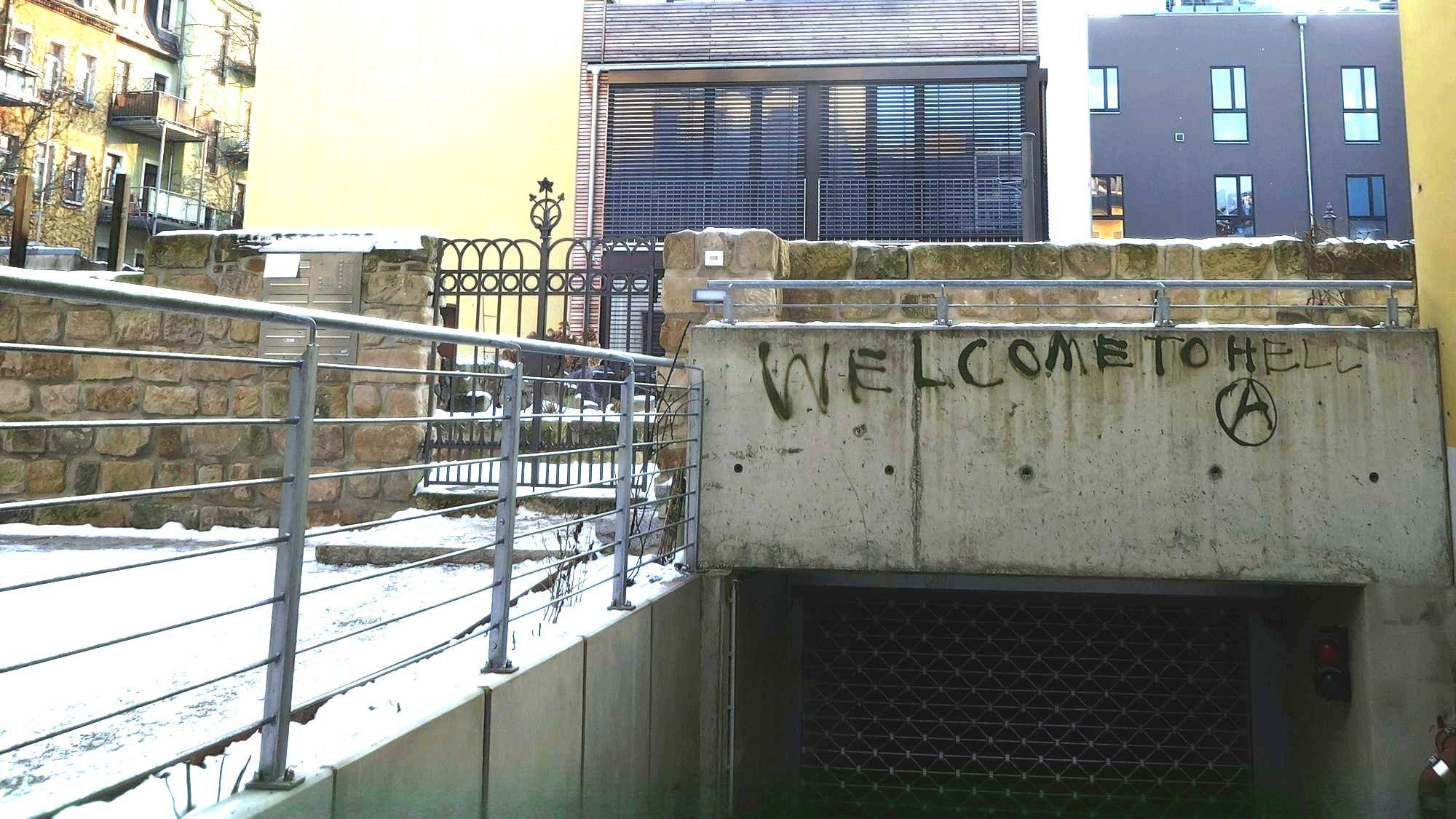 Welcome to Hell - so begrüßt die Einfahrt der Tiefgarage zu den Wohnungen auf dem ehemaligen Sauerkrautfabrikgelände.