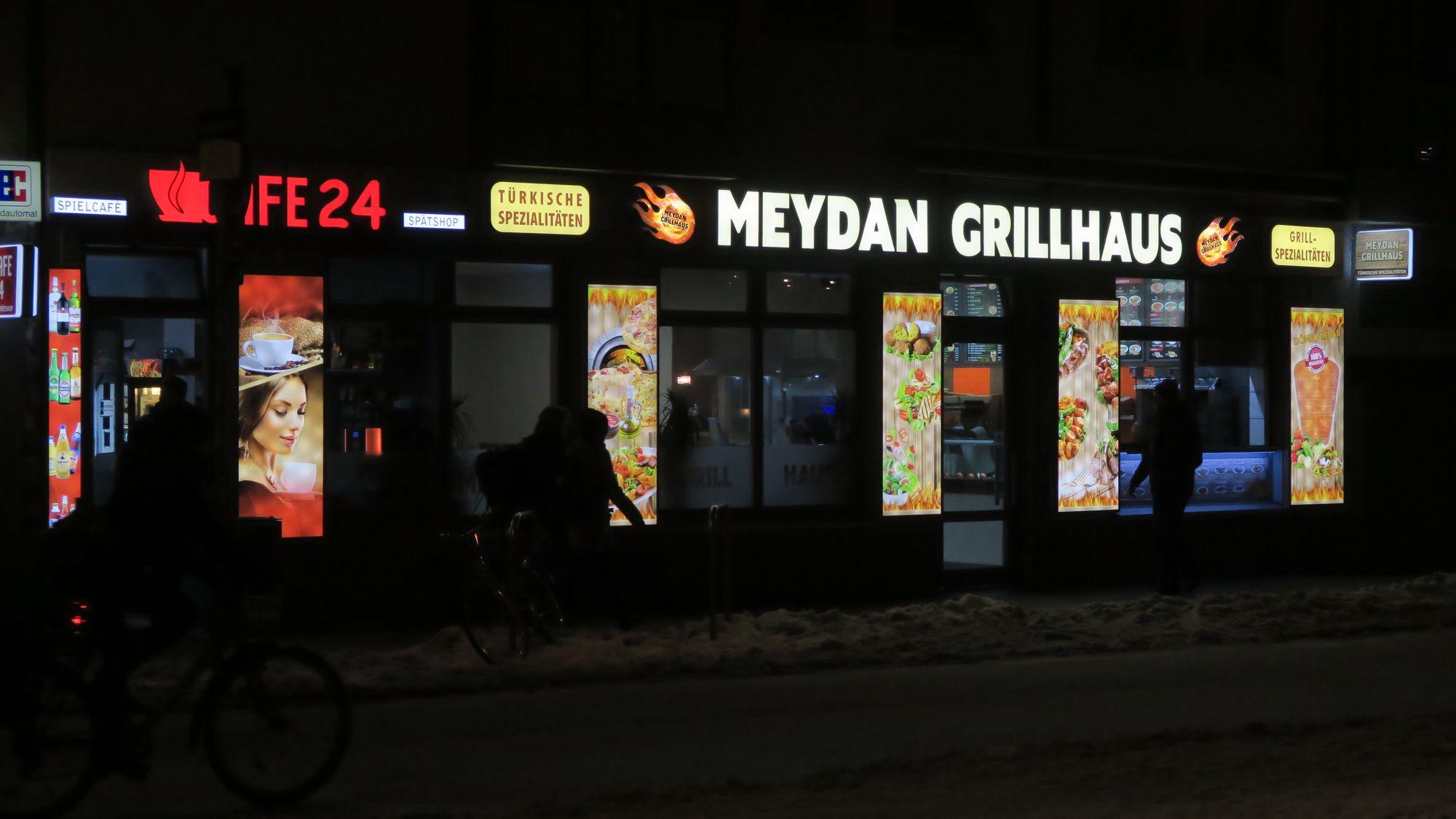 """Meydan heißt sowohl im Türkischen als auch im Ukrainischen (майдан) """"Platz"""""""