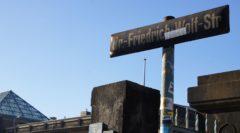 """Die nun abgerissene Steinfassade gegenüber des Neustädter Bahnhofs wurde 2004 als drehort für den Film """"Dresden"""" genutzt"""