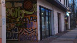Die Hofeinfahrt neben der Bibliothek Neustadt ziert seit heute ein großes Graffiti