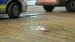 Scherben und Blut ein junger Mann wurde verletzt.