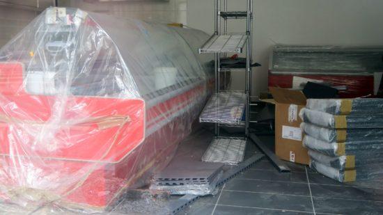 Die ersten Kühltruhen stehen schon im Laden.