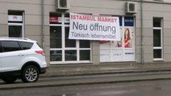 Ob es an der merkwürdigen Rechtschreibung lag? Am Nachmittag war das Banner wieder eingerollt.