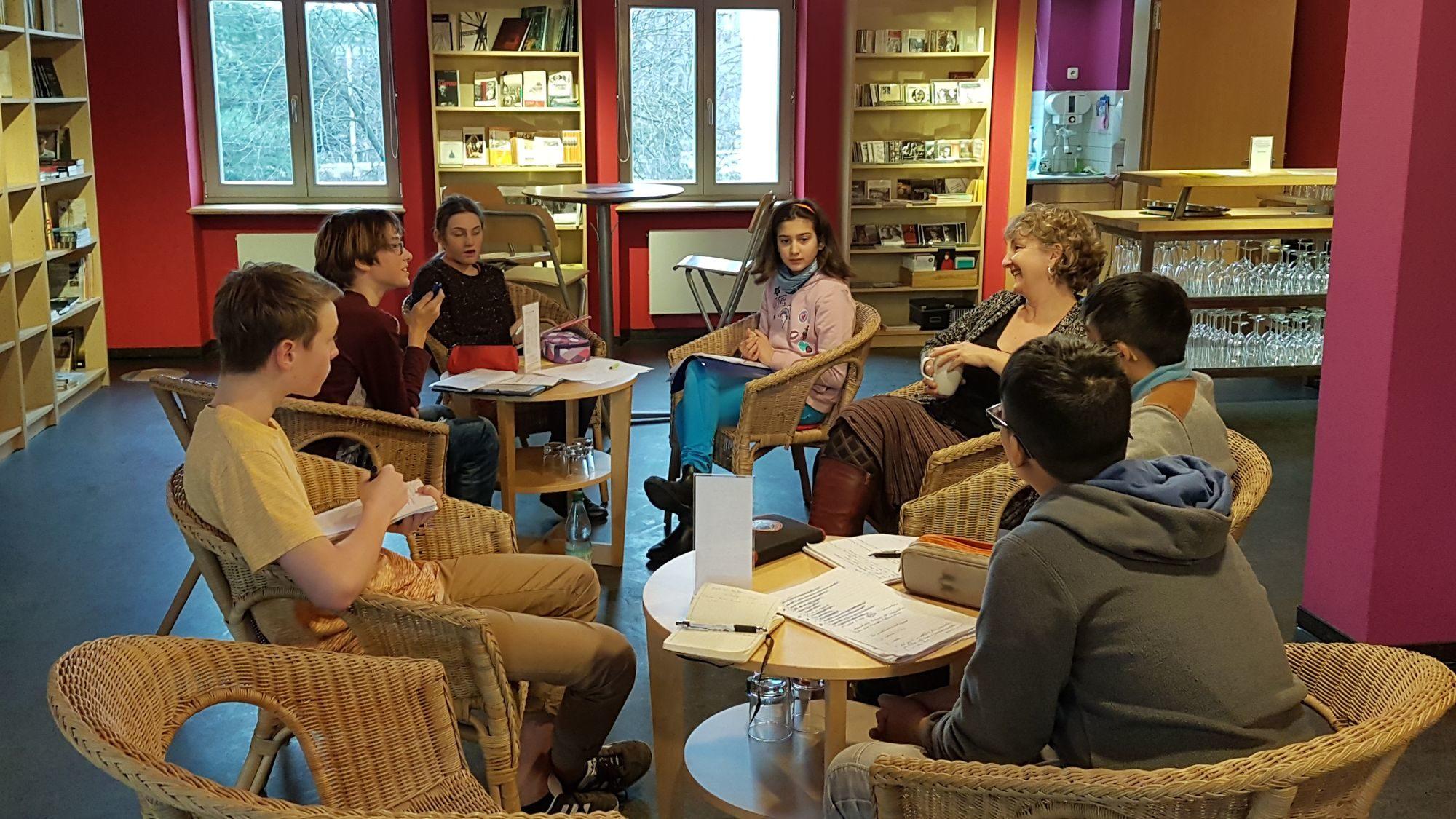 Die Lerngruppe im Gespräch mit der Museumsdirektorin Andrea O'Brien.