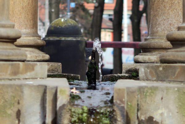 Sprudelt nur noch mickrig - Artesischer Brunnen am Albertplatz.