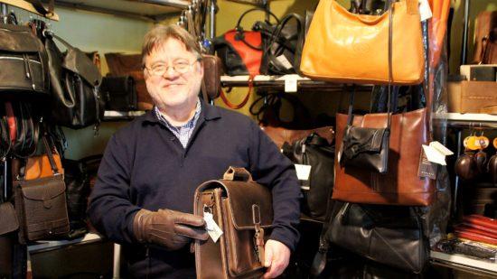 Matthias Heidrich stolz mit Handschuh und Handtasche