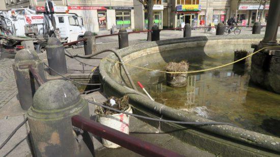 Das komplette Wasser wurde abgepumpt und der Schlamm wird aus dem Brunnenbecken entfernt.