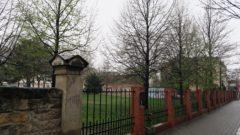 So sieht derzeit der Blick von der Glacisstraße auf das Schulgelände aus.