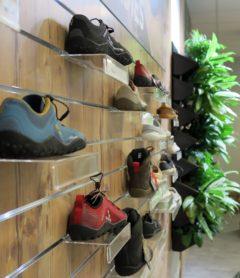 Allen Schuhen gemeinsam ist die weite Passform und die dünne Sohle.