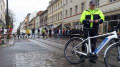 Die Polizei sicherte die Demo und kam dem Anlass entsprechend mit zwei E-Bikes angefahren.