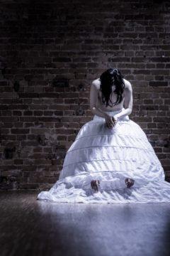 """Risa Kojima und Nora Vladiguerov (verdeckt). Bildmotiv für die Inszenierung """"Queens of Diamonds"""" der JuWie Dance Company, fotografiert am 24. März 2017 an der TENZA-Schmiede in Dresden-Johannstadt.  Foto: PR/André Wirsig"""