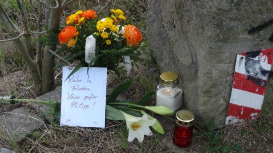 Blumen und Kerzen zum Gedenken an den ertrunkenen Schüler