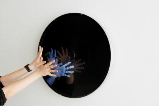 "Sebastian Hempel: ""Spiegelbild"", 2012, Material: Aluminium, Plexiglas, Lichtsensoren, LED, Antrieb"