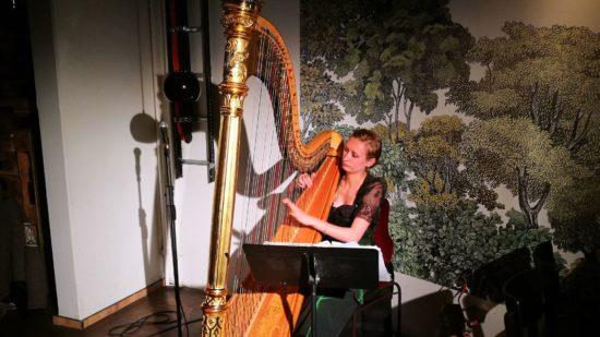 Isabel Goller an der Harfe im Burgerheart.