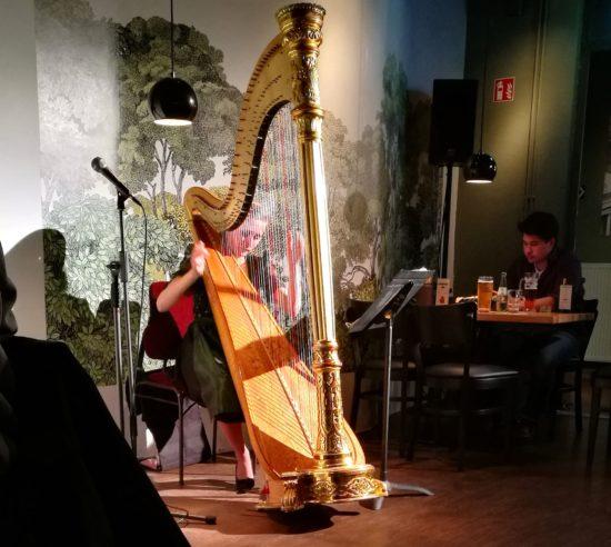 Volksmusik, Barock und Pop an der Harfe im Burgerheart.
