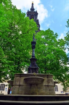 Rebecca-Brunnen hinter der Dreikönigskirche