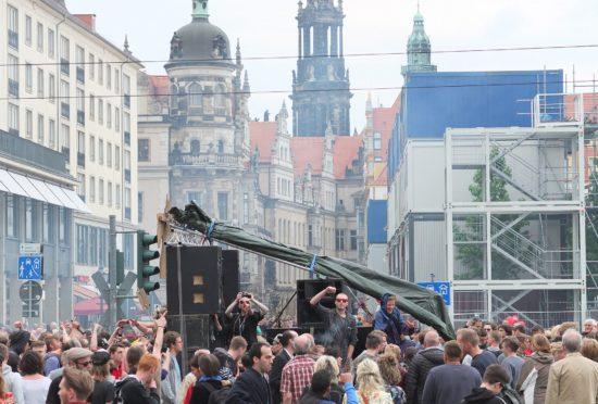 Die Straße als Dancefloor. Mit dicken Bässen ging es durch die Altstadt, wo am Postplatz eine Zwischenkundgebung stattfand.