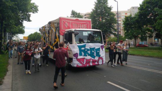 Der Wagen des Sabotage Dresden machte mit seinem Transparent auf die prekäre Lage des Clubs aufgrund wiederholter Lautstärkebeschwerden der neueren Nachbarschaft aufmerksam.