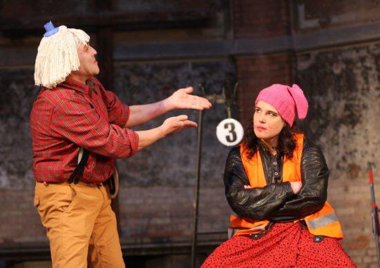 Katharina (Yvonne Dominik) hält wenig von ihrem Verehrer Petruchio (Frank Weiland).