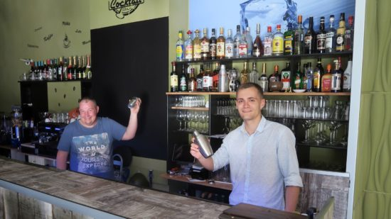Barkeeper Mircea Strojevice und Kellner Vladislav Seemann