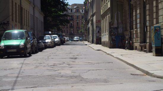 Bleibt Einbahnstraße - die Pulsnitzer - künftig aber ohne Parkflächen zwischen Martin-Luther-Platz und Louisenstraße