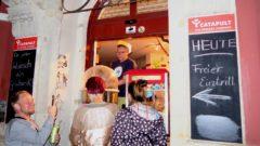 Wenn man auf der Straße nicht mehr darf ... Catapult-Chef verkauft Zuckerwatte aus dem Laden-Eingang.