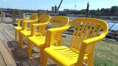 Ab sofort sind die Stühle gelb.